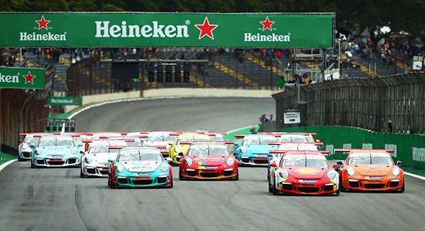 Largada da Cup no sábado depois da classificação da F1 (Foto: Luca Bassani/PorscheCup)