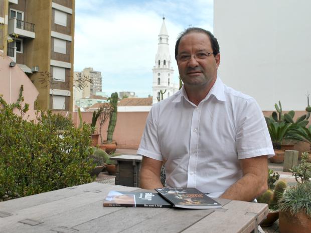 Jorge Luis Martins comemora o lançamento do segundo livro pela Editora O Sonho da Traça (Foto: Luiza Carneiro/ G1)