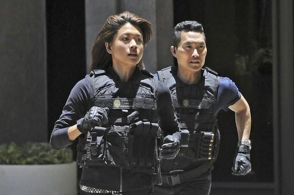 Os atores Daniel Dae Kim e Grace Park em Hawaii Five-0 (Foto: Reprodução)