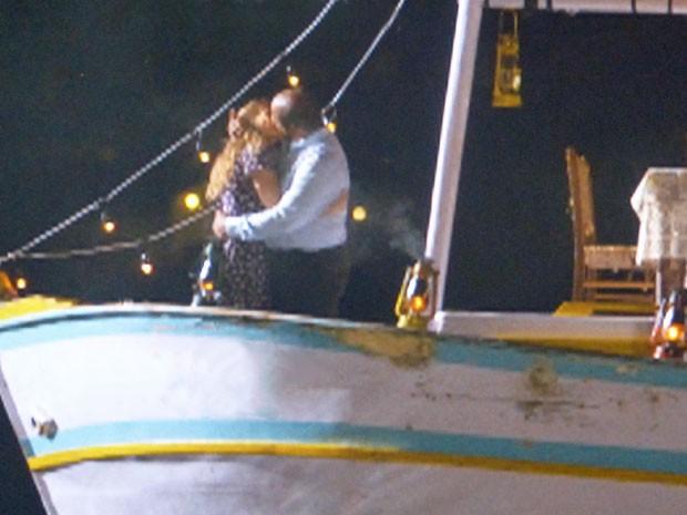 Doralice e Quirino se beijam em um barco (Foto: Flor do Caribe/TV Globo)