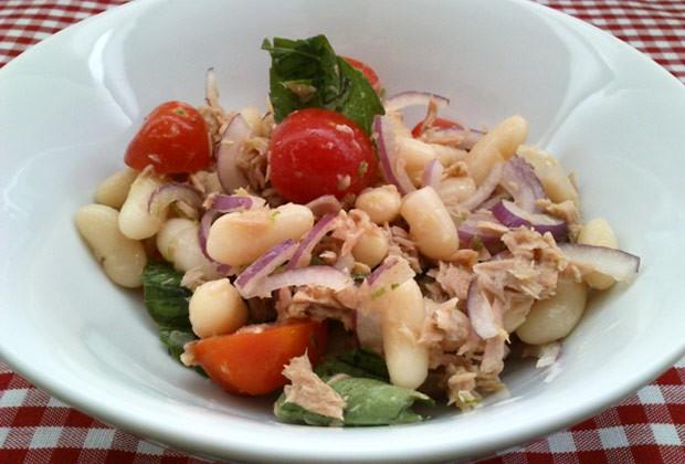 Salada de feijão-branco com atum (Foto: Colheradas)