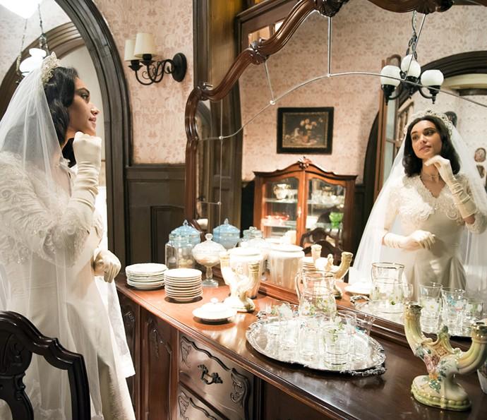 Modelo clássico de Filomena é composto por véu e grinalda, bordados de pérolas e luvas (Foto: Globo/César Alves)