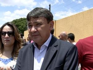 Wellington Dias vai ao velório do PM que fazia a segurança do seu filho (Foto: Reprodução/TV Clube)