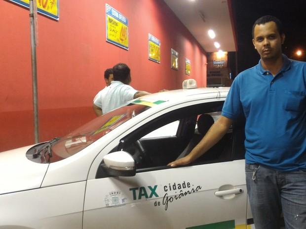 Taxista Lucas Costa acredita que serviço deveria ser regulamentado pela Prefeitura Goiânia Goiás (Foto: Vanessa Martins/G1)