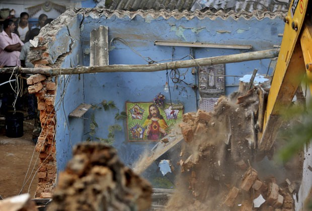 Destroços de casa que desmoronou nesta terça-feira (26) na cidade indiana de Bangalore (Foto: Aijaz Rahi/AP)