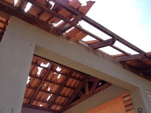 Telhados quebrados também põe em risco os visitantes da praça (Foto: Emily Costa/ G1 RR)