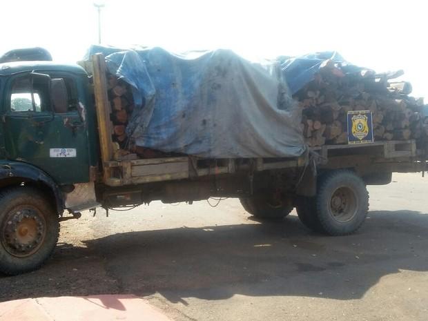 Caminhão carregado com madeira foi apreendido em Jaru (Foto: PRF/Divulgação)