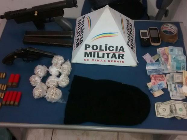 Oito pessoas foram presas por suspeita de tráfico de drogas em MG (Foto: Divulgação/ Polícia Militar)