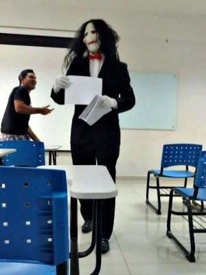 Professor brincou com os alunos e se inspirou no filme Jogos Mortais para a prova e aplicação  (Foto: Arquivo pessoal)