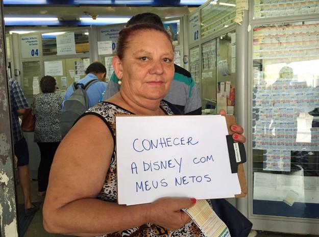 Mara Gomes, de 53 anos, sonha em viajar para Disney com os nove netos (Foto: Jéssica Nascimento/G1)