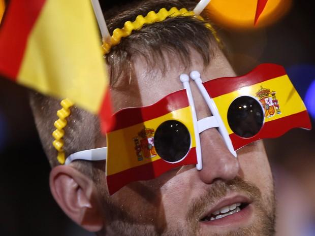 Seguidor de Mariano Rajoy celebra resultado das eleições de domingo (26), na Espanha. Conservadores do PP tiveram maioria dos votos (Foto: AP Photo/Paul White)