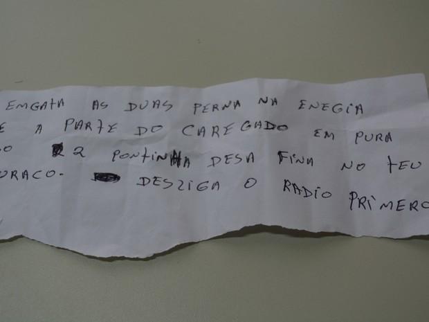 Agentes também acharam bilhete com instrução para conectar celular (Foto: Franciele do Vale/ G1)