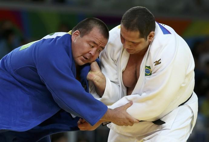 Rafael Silva contra Abdullo Tangriev, do Uzbequistão na disputa pelo bronze da Rio 2016 (Foto: Reuters)