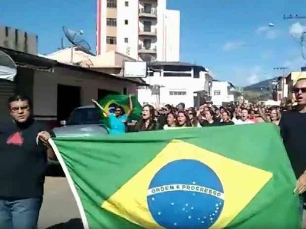 Manifestantes saíram às ruas nesta sexta-feira (31) para protestar contra a reforma da previdência; na imagem, manifesto em Carmo de Minas, MG (Foto: Reprodução/EPTV)