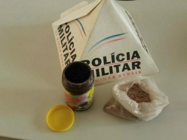 Mulher tenta entrar com droga no achocolatado em presídio de Oliveira  (Foto: Polícia Militar/Divulgação)