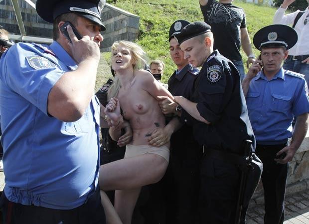 Ativistas são presas durante protesto nesta quinta-feira (31) (Foto: Reuters)