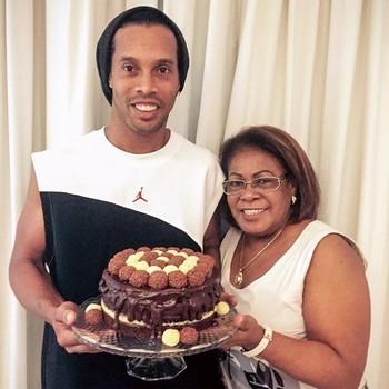 Ronaldinho Gaúcho comemora o aniversário da mãe, Dona Miguelina (Foto: Reprodução / Twitter)