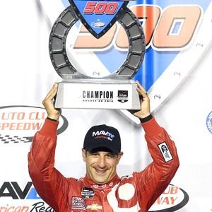 Tony Kanaan com troféu da corrida da Fórmula Indy (Foto: AP)