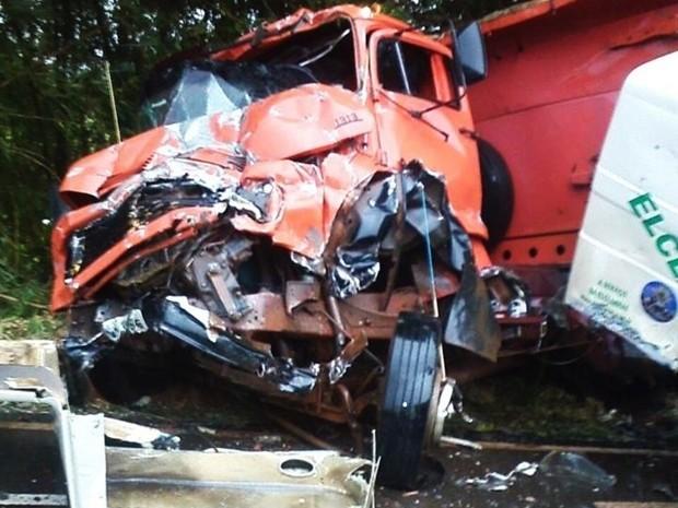 Caminhão ficou com a frente destruída  (Foto: Wilson da Silva/Colaboração)