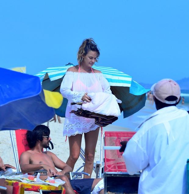 Leticia Birkheuer na praia (Foto: agnews)