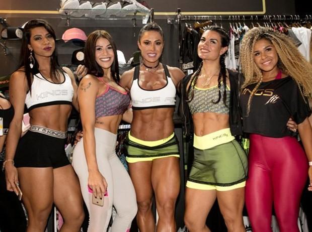 Gracyanne Barbosa posa com outras modelos em evento (Foto: Levi Cruz/Vhassessoria)