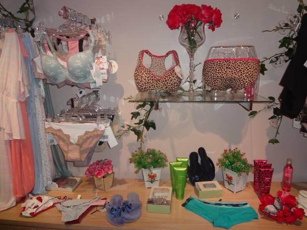 Lingeries em exposição na loja onde será realizado o curso sensual (Foto: Natália Mello/G1)