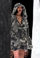 Rihanna lança coleção em evento de moda nos Estados Unidos