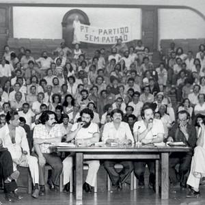 """""""REFORMISMO FORTE"""" Reunião de fundação do PT em 1980 no Colégio Sion, tempos em que o partido defendia mudanças mais radicais (Foto: Benedito Salgado/AE)"""