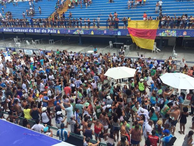 Escola Unidos da Coloninha comemora o bicampeonato na Nego Quirido (Foto: Edivaldo Dondossola/RBS TV)