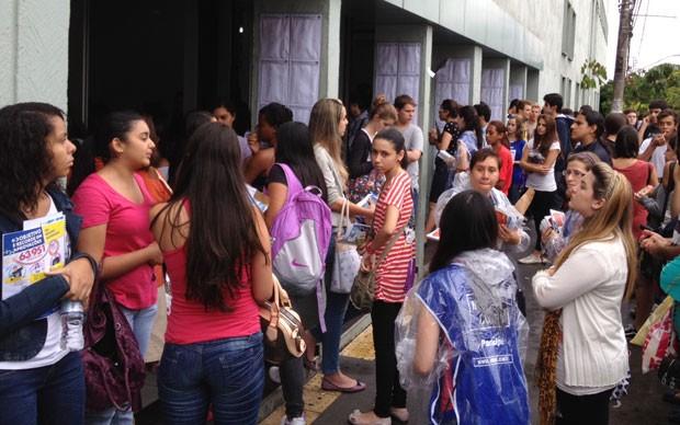 Candidatos deixam a prova da Fuvest no campus de Santo Amaro da Unip (Foto: Ana Carolina Moreno/G1)