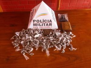 Um tablete e 213 buchas de maconha foram apreendidos em Jequitinhonha (MG). (Foto: Divulgação/Polícia Militar)