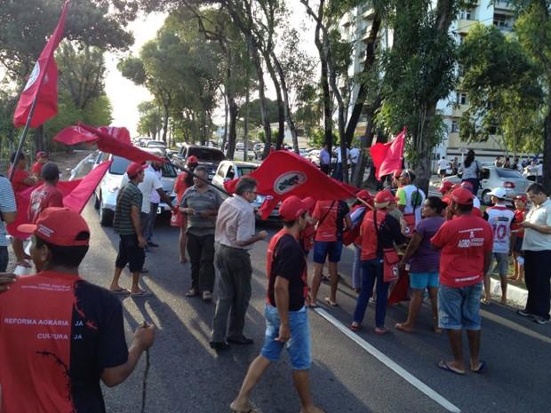 Manifestantes bloquearam o trânsito na Avenida Beira Rio (Foto: Walter Paparazzo/G1)