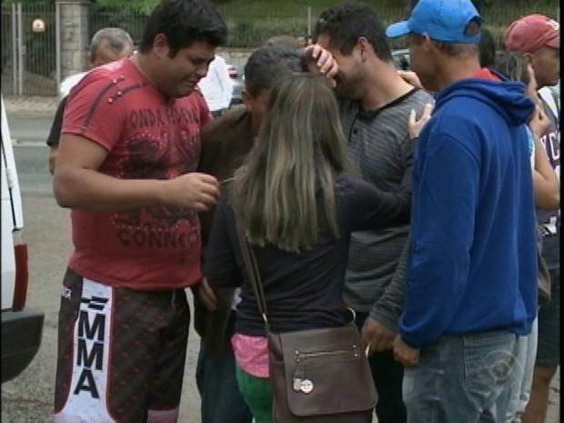 Familiares de vítimas do acidente foram ao IML de Joinville neste domingo (Foto: Reprodução/RBSTV)