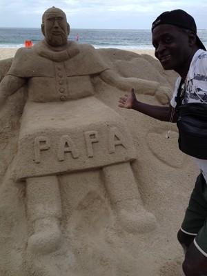 Artista fez escultura do Papa Francisco na Praia de Copacabana (Foto: Andressa Gonçalves/G1)