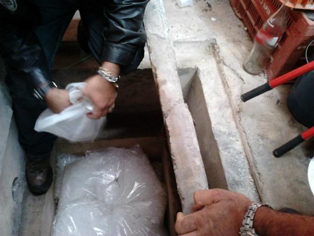 Embalagens para drogas estavam escondidas em caixa de esgoto. (Foto: Divulgação / Polícia Civil)