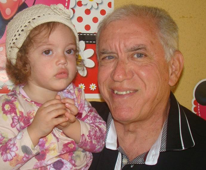 Norberto posa com a neta Maria Eduarda (Foto: Arquivo Pessoal)