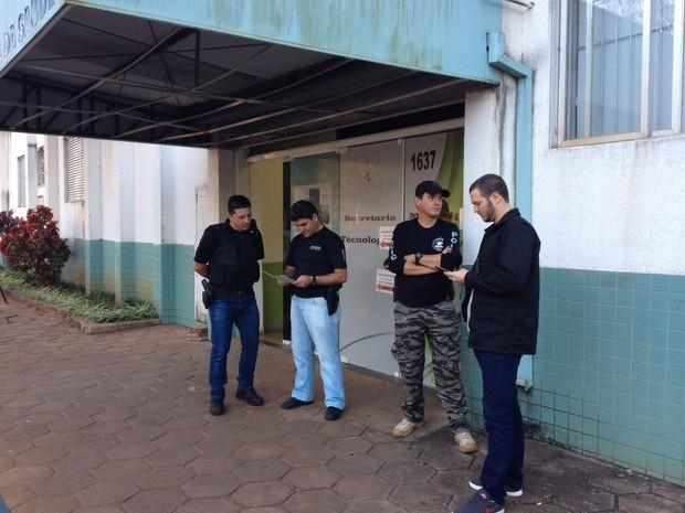Agentes do Gaeco fazem plantão em frente à Secretaria de Tecnologia da Informação desde o início da manhã desta terça (1º) (Foto: Rodrigo Soares / RPC)