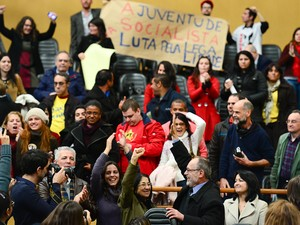 Autores da proposta e público das galeria da Câmara comemoram aprovação (Foto: Leonardo Contursi/CMPA)
