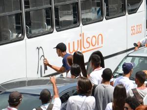 Estudantes picharam ônibus enquanto estavam parados no sinal, próximo ao Terminal de Integração de João Pessoa (Foto: Walter Paparazzo/G1)