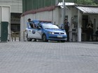 Menor apreendido foge de dentro do carro da polícia, na Zona Norte do Rio