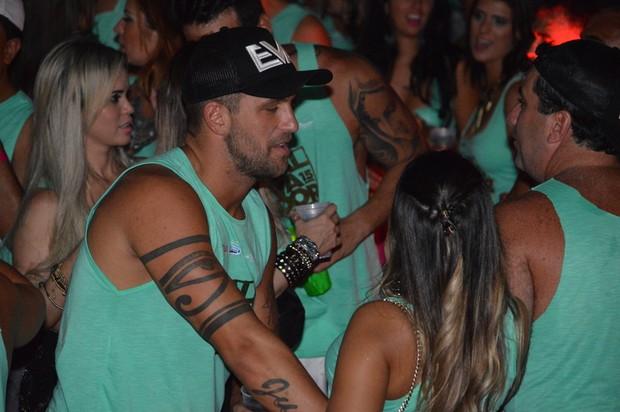 Diogo Pretto beija morena (Foto: Felipe Souto Maior/ Divulgação)