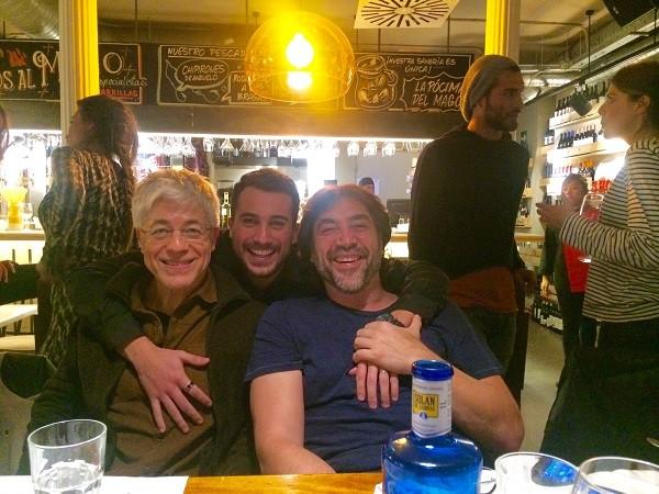 Ricardo entre Corazza e o ator Javier Bardem, em um bar em Madri, na Espanha (Foto: Reprodução)