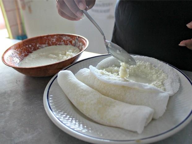 A cozinheira Áurea Carvalho preparou tapioca de castanha e com recheio de coco (Foto: Halex Frederic/G1)