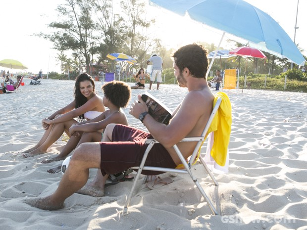 Wiliam leva Celina e Nilson para a praia (Foto: Felipe Monteiro/TV Globo)