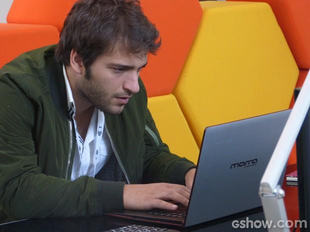 Davi decide hackear o computador de Manu e não gosta nada do que descobre (Foto: Geração Brasil/TV Globo)