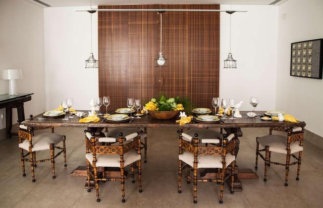 Mesa de jantar original do século 17, cadeiras portuguesas de Duarte Pinto Coelho e louças Tania Bulhões (Foto: Divulgação)