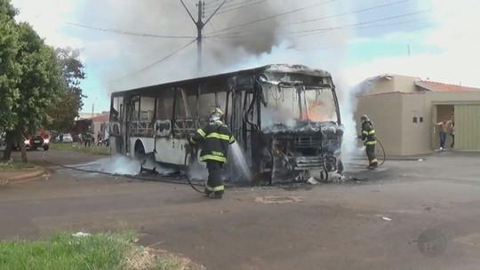 Ônibus escolar pega fogo em Orlândia e dona de empresa acredita que alunos foram responsáveis