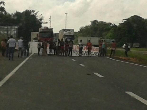 Esposas e familiares de detentos protestam na rodovia BR-316 (Foto: Divulgação / PRF)