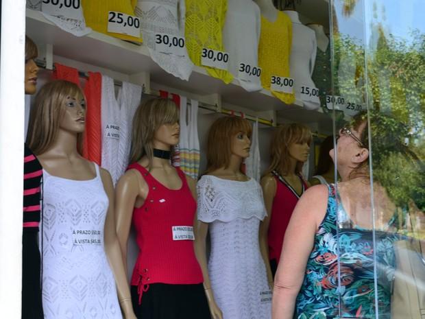 Em Monte Sião, preços das peças de verão variam, em média, de R$ 25 a R$ 150 (Foto: Daniela Ayres/G1)