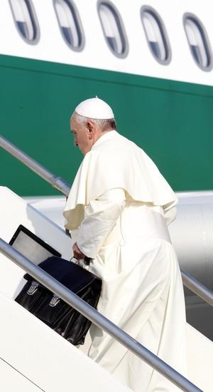 O papa Francisco embarca para a viagem ao Brasil, nesta segunda-feira, no Aerporto Fiumicino, em Roma (Foto: Riccardo De Luca/AP)